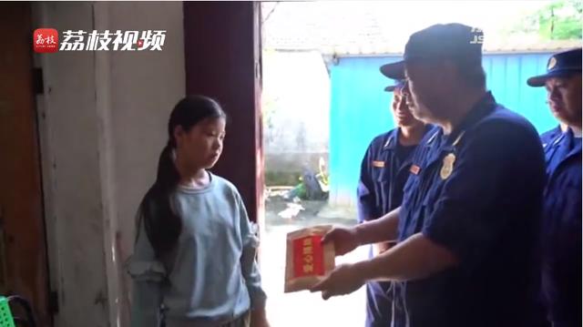感人!贫困女孩收到抗洪消防员捐款瞬间泪目:等我长大了去看你们
