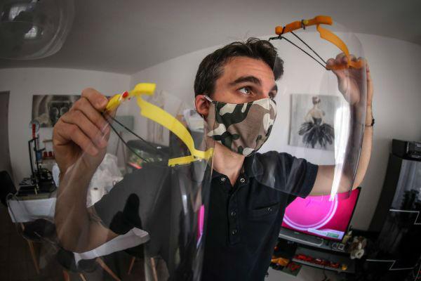 2020年4月6日,在法国卡尔维,米歇尔·塞拉在检查3D打印的防护面罩。为了应对新冠肺炎疫情,他的两台3D打印设备日夜运行,目前已经生产了超过480个防护面罩。这些防护面罩将提供给医护人员、药剂师和消防员。新华社/欧新