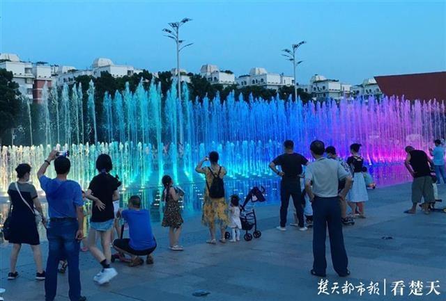 首义广场音乐旱式喷泉重启迎客,每周二至周五晚间开放