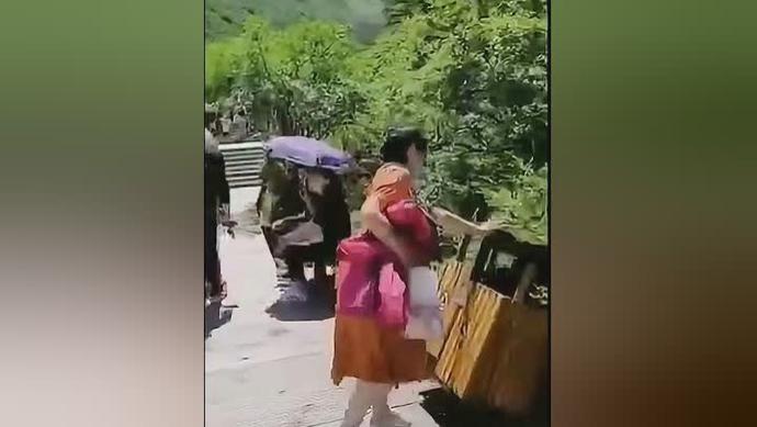 女子接连推倒景区垃圾桶,警方通报