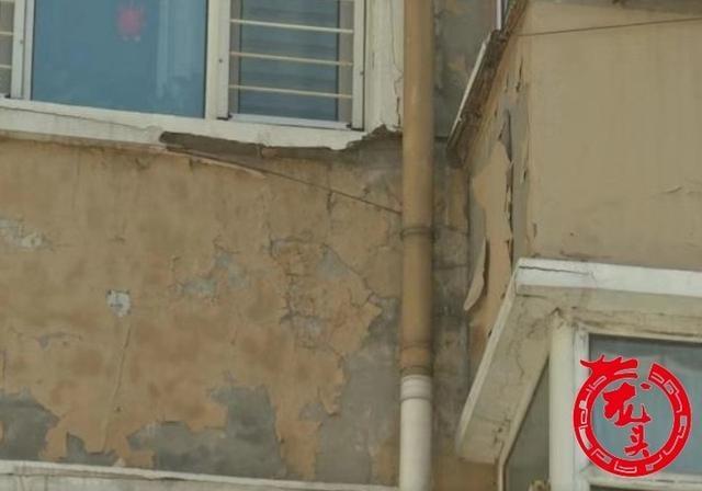 吉林街11号外墙体装饰脱落 搭建35米安全通道 确保出行安全