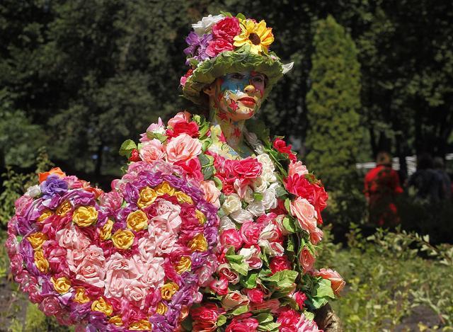 乌克兰基辅举行卡通花卉展 30万朵鲜花创造出众多卡通人物