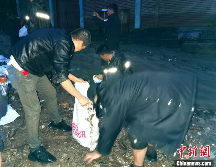 西藏樟木镇暴雨引发洪灾 移民警察紧急救灾