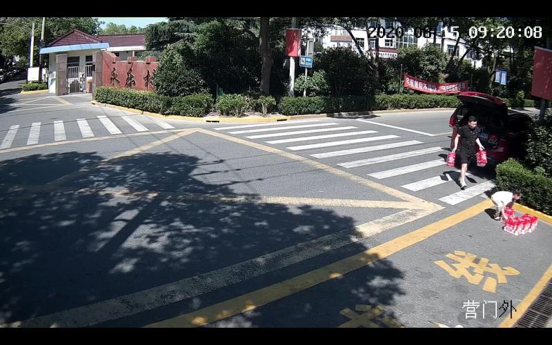 连续第4天高温橙色预警,为上海武警送12箱矿泉水的父女俩,你们在哪?