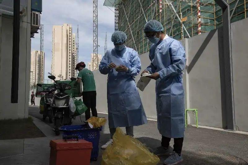 """上海生鲜食品安全吗?38℃高温,这群""""侦察兵""""还穿着防护服采样,路人看了都心疼!"""