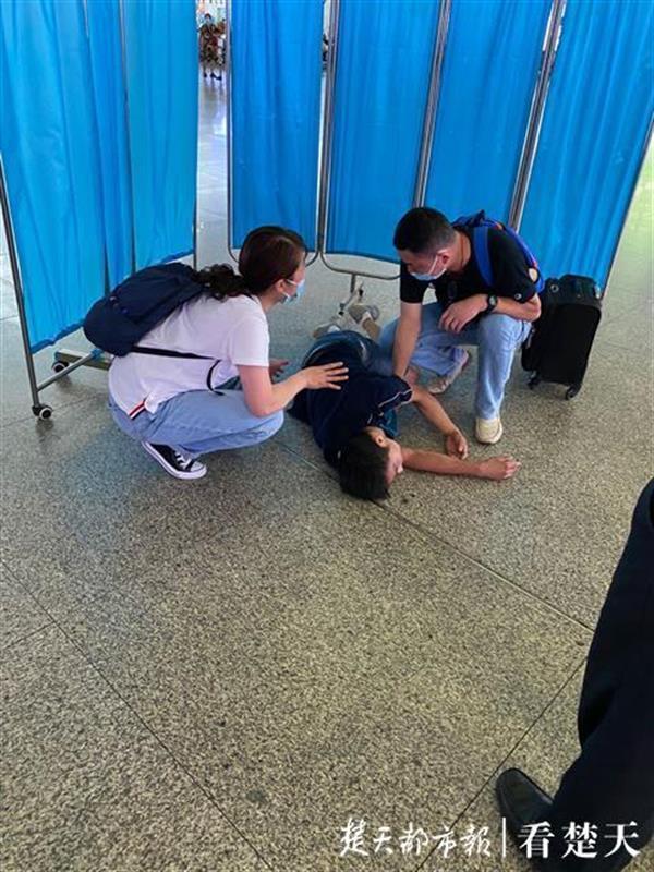 广州南站一旅客突然坠楼,鄂黔医护联手施救