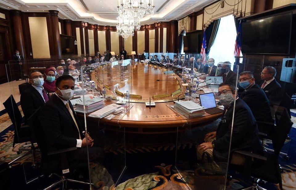马来西亚内阁会议在各座位之间安装透明隔板