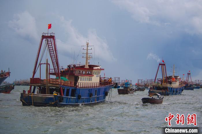 图为广西北海渔船出港。 徐绍荣 摄