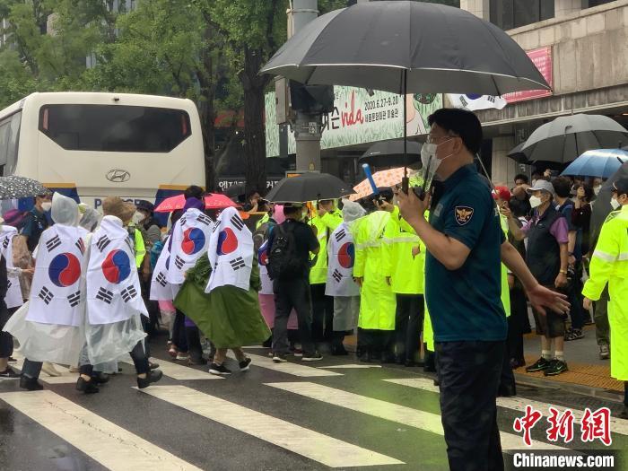 """韩国首都圈病例猛增 总统文在寅怒批""""个别教会"""""""