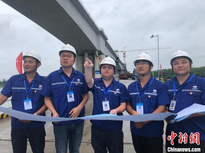 赣深高铁广东段首座跨东江特大桥合龙