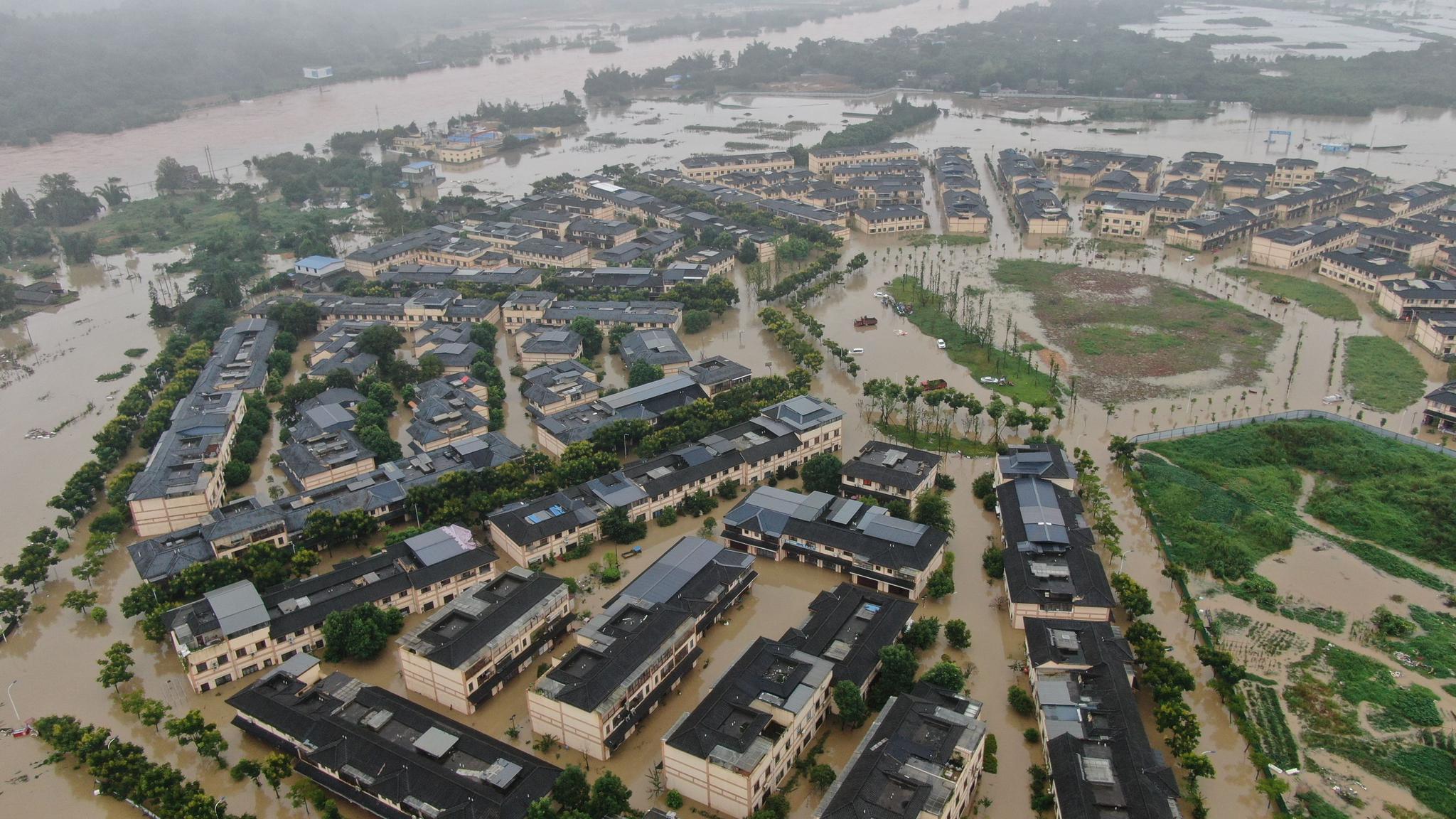 8月17日,眉山市因受持续暴雨影响,有大片房屋和农田被淹。眉山市消防救援支队供图