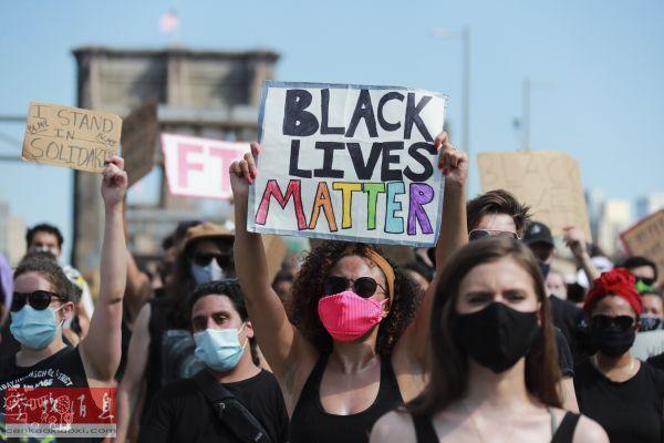 资料图片:6月19日,反种族主义抗议游行队伍经过美国纽约布鲁克林大桥。(新华社记者 王迎 摄)