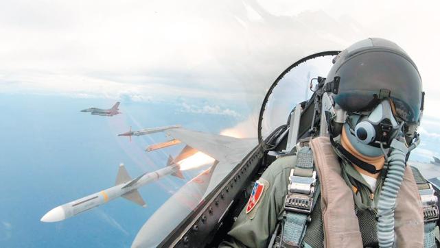 资料图:台军F-16战机在年度射击训练中发射AIM-7麻雀导弹