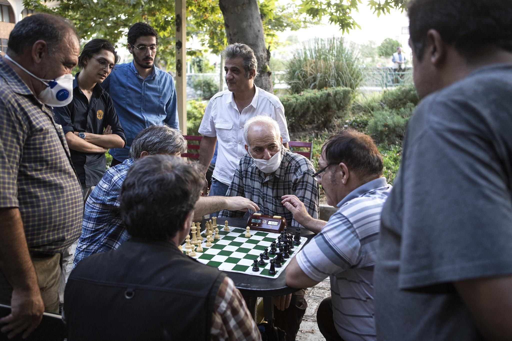 几名伊朗男子在德黑兰一处公园下棋。新华社 图