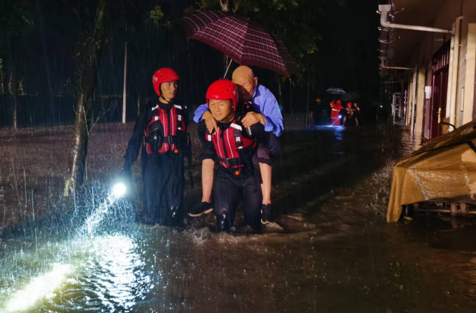 消防救援人员背着被困人员撤离。眉山市消防救援支队供图