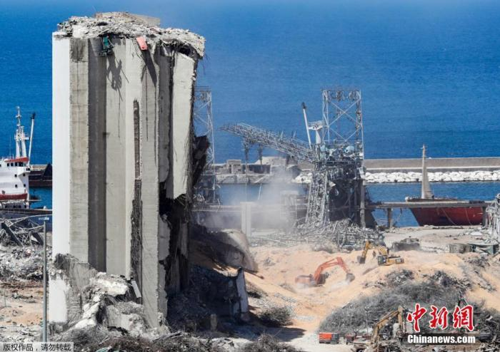 当地时间2020年8月16日,黎巴嫩首都贝鲁特,挖掘机在贝鲁特港口的爆炸现场进行拆除工作。贝鲁特港口区8月4日晚发生剧烈爆炸,造成数千人死伤。爆炸还造成约30万民众无家可归。
