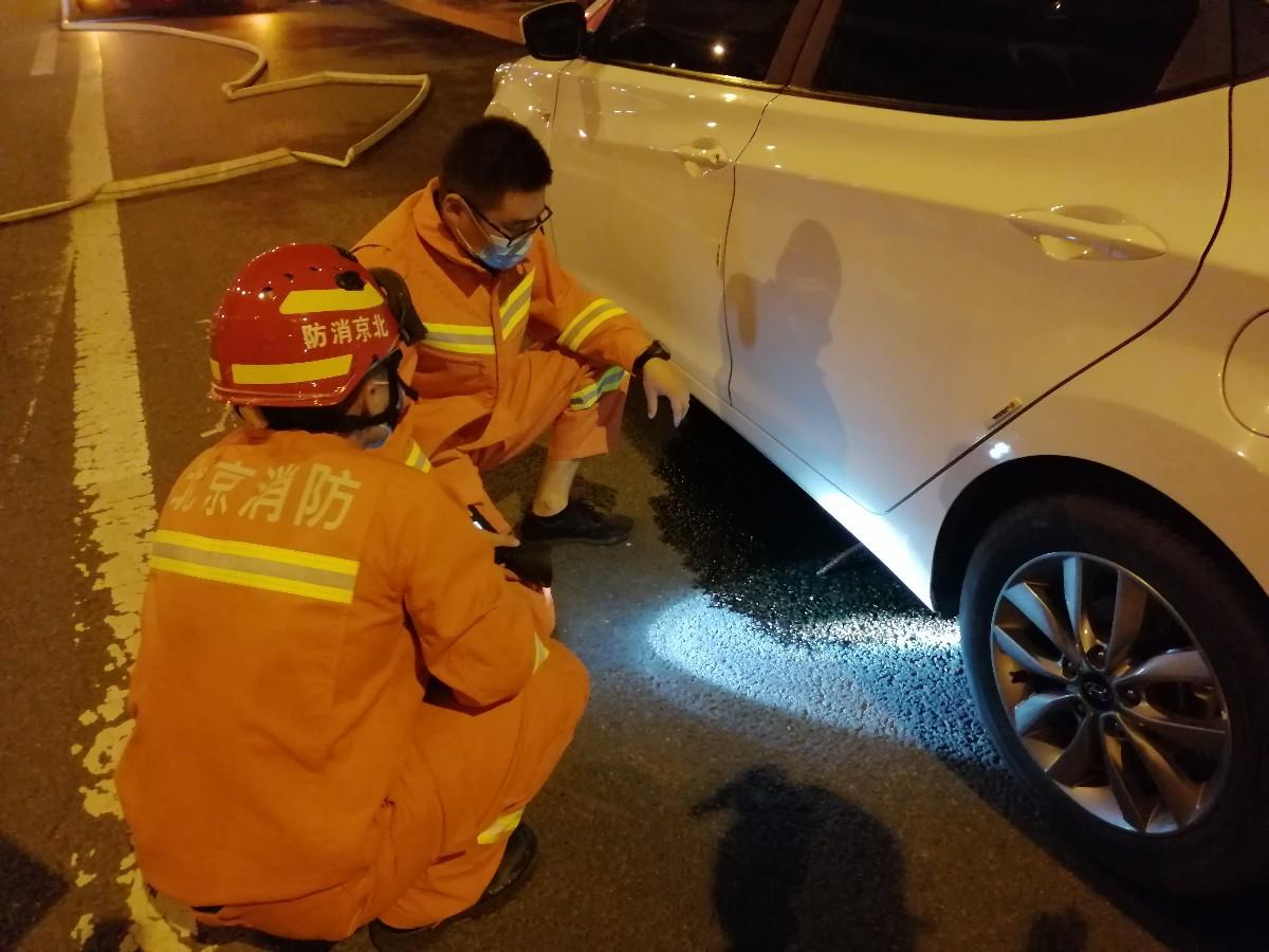 钢筋意外插入车底油箱 司机紧急停车求助消防员