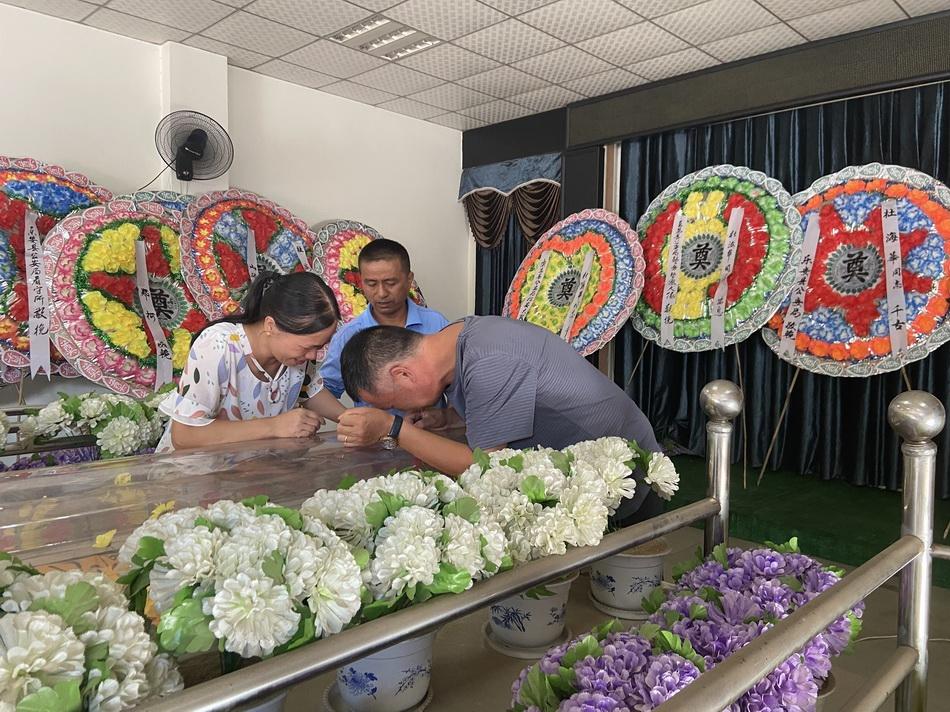 年仅22岁,执勤排查过往车辆的辅警杜海华被卡车撞倒,伤重去世。8月16日上午,其父母趴在殡仪馆内的冰棺上失声痛哭。