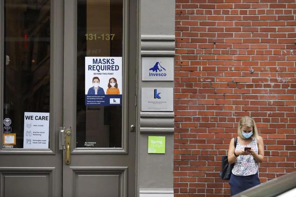 ▲7月30日,在美国纽约苏豪商业区,一栋建筑的门上贴有防疫提示。(新华社记者 王迎 摄)