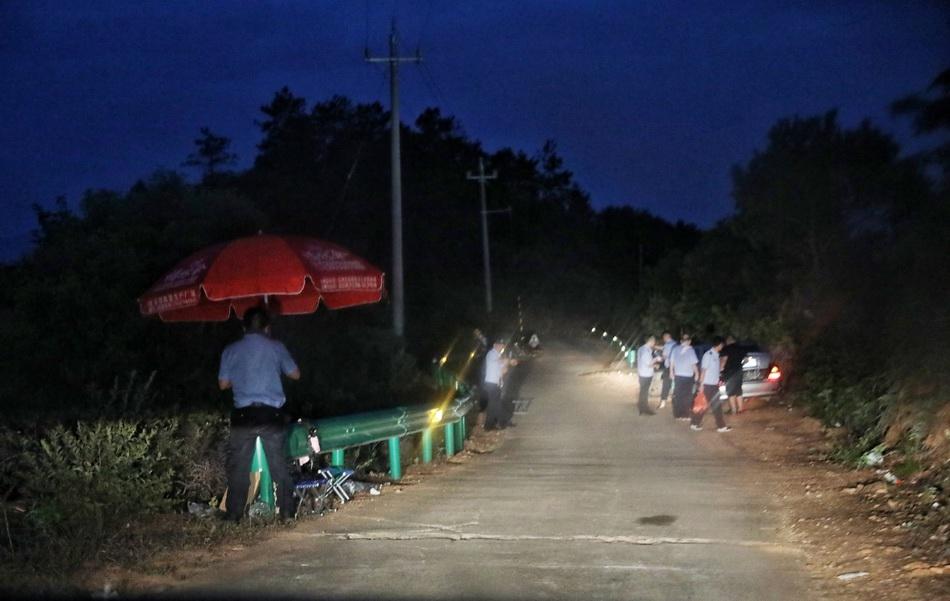 山中每隔几十米,路旁便有几名民警设立的布控点位。
