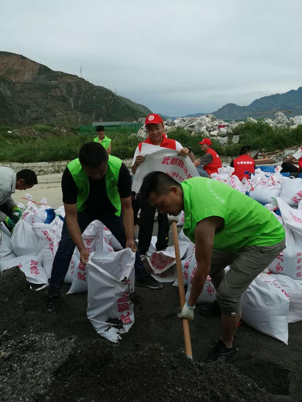 抗洪救灾丨武都区心连心志愿者装运沙袋,加固河堤……