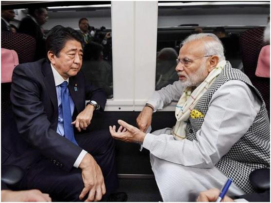 日本首相安倍晋三(左)和印度总理莫迪(资料图)
