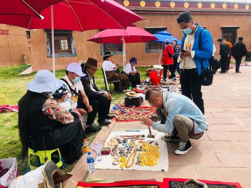 三天4000万元。甘孜县藏式古玩市场业务蒸蒸日上