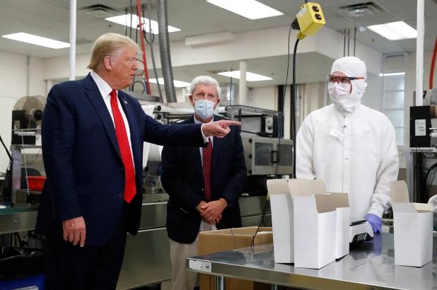 特朗普不戴口罩参观工厂,图源:美联社