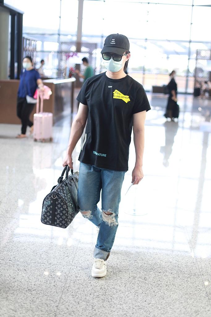 尹正穿黑T配牛仔裤休闲减龄拎大号印花包包潮男范足