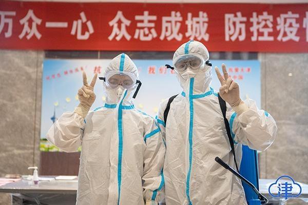 """中国医师节:致敬防疫战线的""""无名英雄"""""""