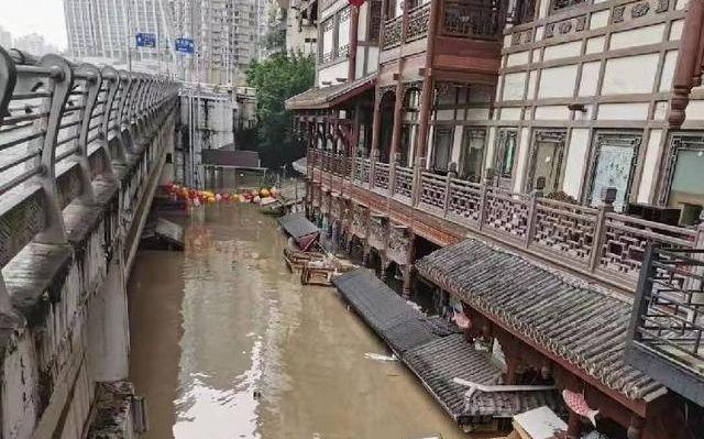 洪崖洞商铺被淹。网友供图
