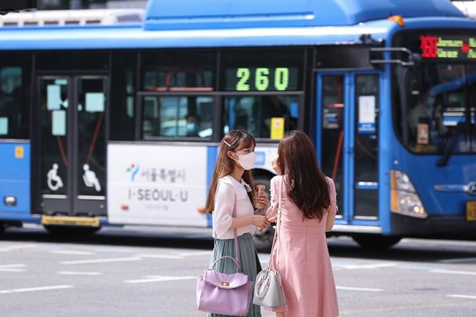 8月18日,行人在韩国首尔光化门地铁站附近的路口等红灯。新华社 图