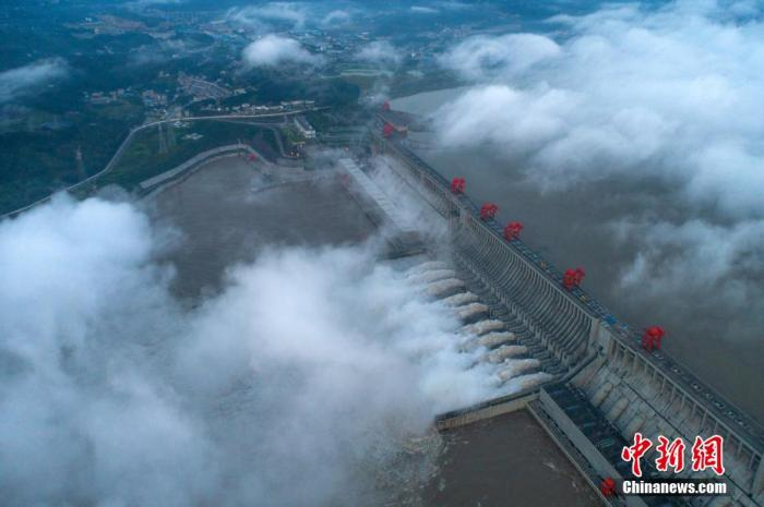 图为航拍8月19日三峡大坝开启10孔泄洪。 王罡 摄