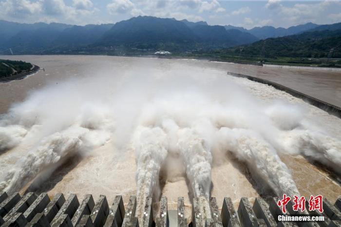 资料图:三峡枢纽开启泄洪深孔泄洪。中新社记者 张畅 摄