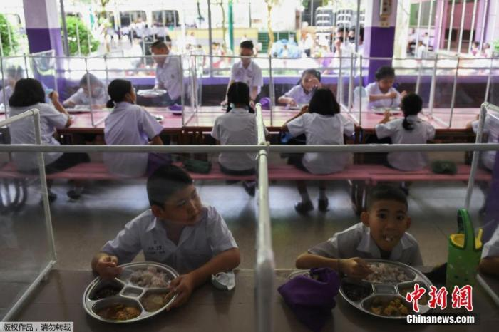 当地时间2020年7月1日,泰国曼谷,全国学校恢复上课,学生隔离用餐。