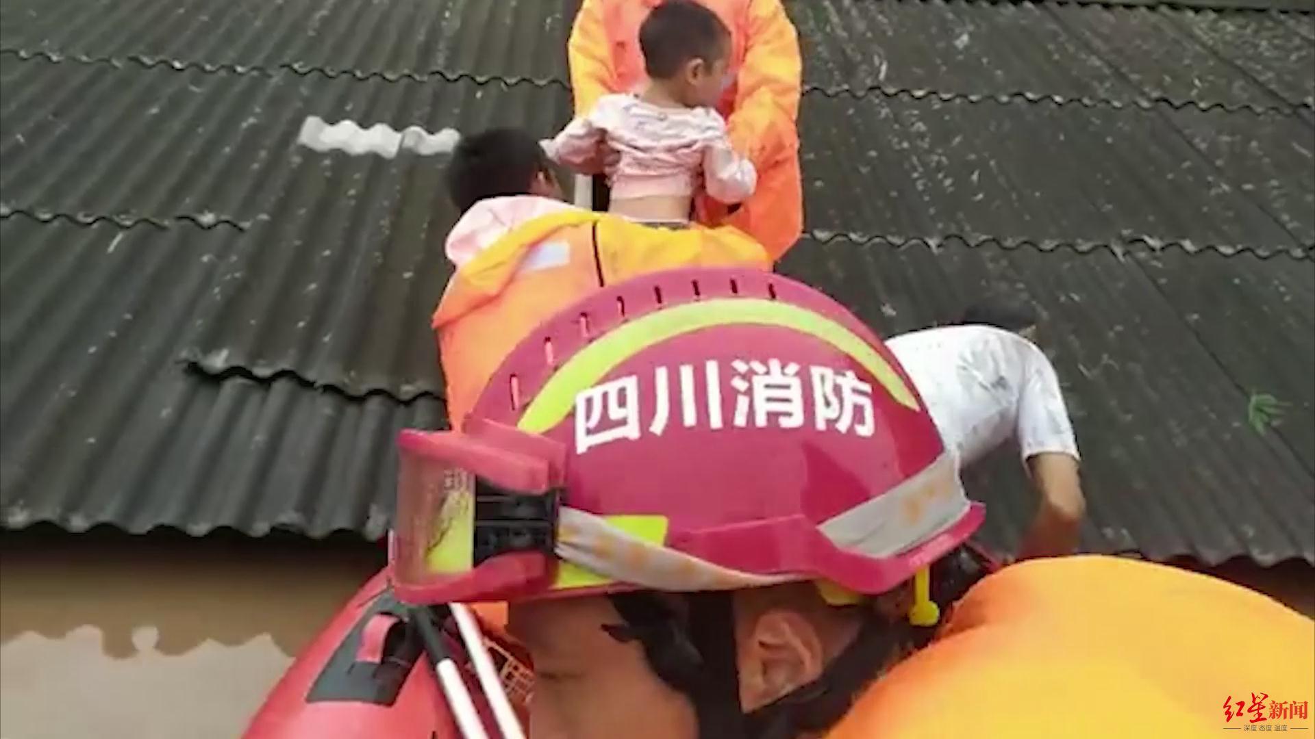四川乐山犍为洪水快淹过房顶 消防员上房揭瓦救娃