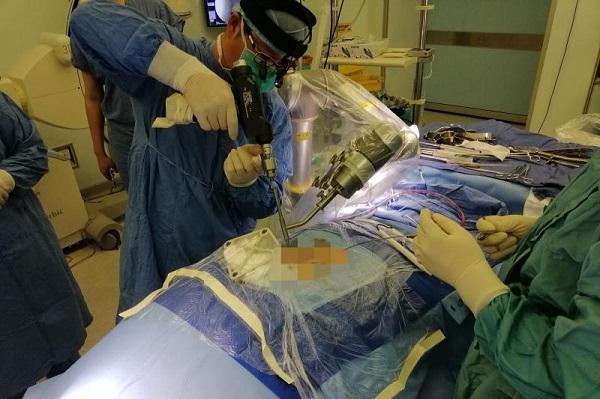 """机械臂精准打钉,解除""""斑点男孩""""""""心腹之患"""" 仁济医院完成一例机器人辅助重度脊柱侧弯矫形手术"""