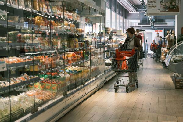 7月29日,戴口罩的顧客在比利時布魯塞爾一家超市採購。 新華社
