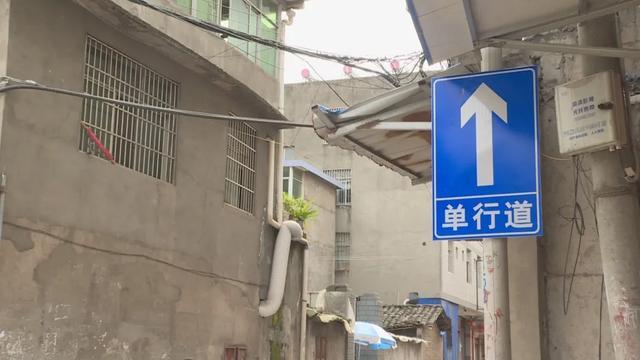 曝光台丨无视交通提示牌 违法驶入逆行路段