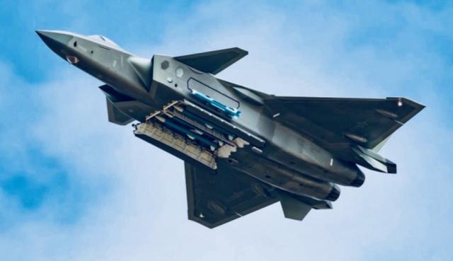 中国J-20战斗机展示携带导弹的能力