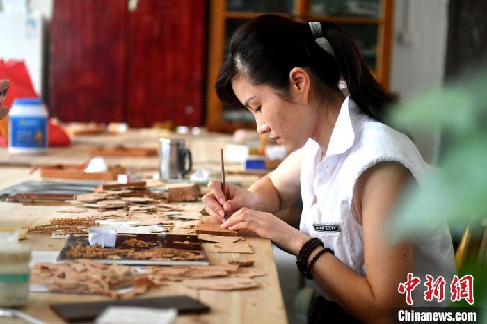 """福州软木画工艺师:把非遗变为文创""""寄""""往世界"""