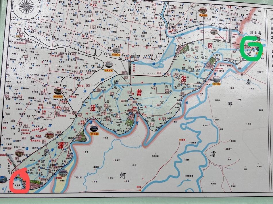 """王家坝闸(红色标记)与曹台退水闸(绿色标记)""""一进水一退水"""",中间围成180.4平方千米的蓄洪区,取名""""濛洼蓄洪区""""。"""
