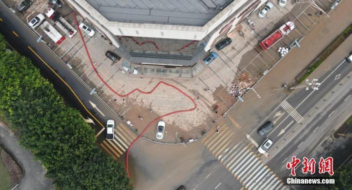 资料图:消防部门在洪水过后的四川省乐山市协助排水。 中新社记者 刘忠俊 摄