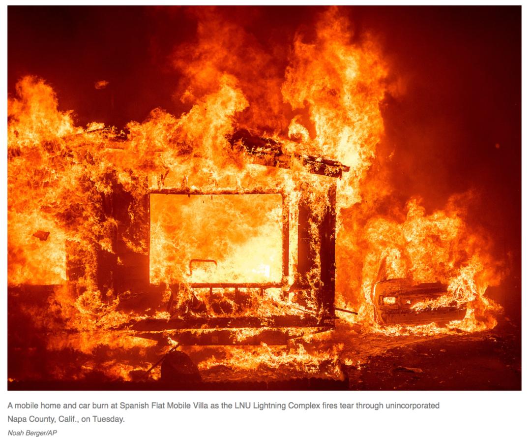 当地时间8月18日,房屋和汽车在加州纳帕县的野火中被烧毁。/美联社