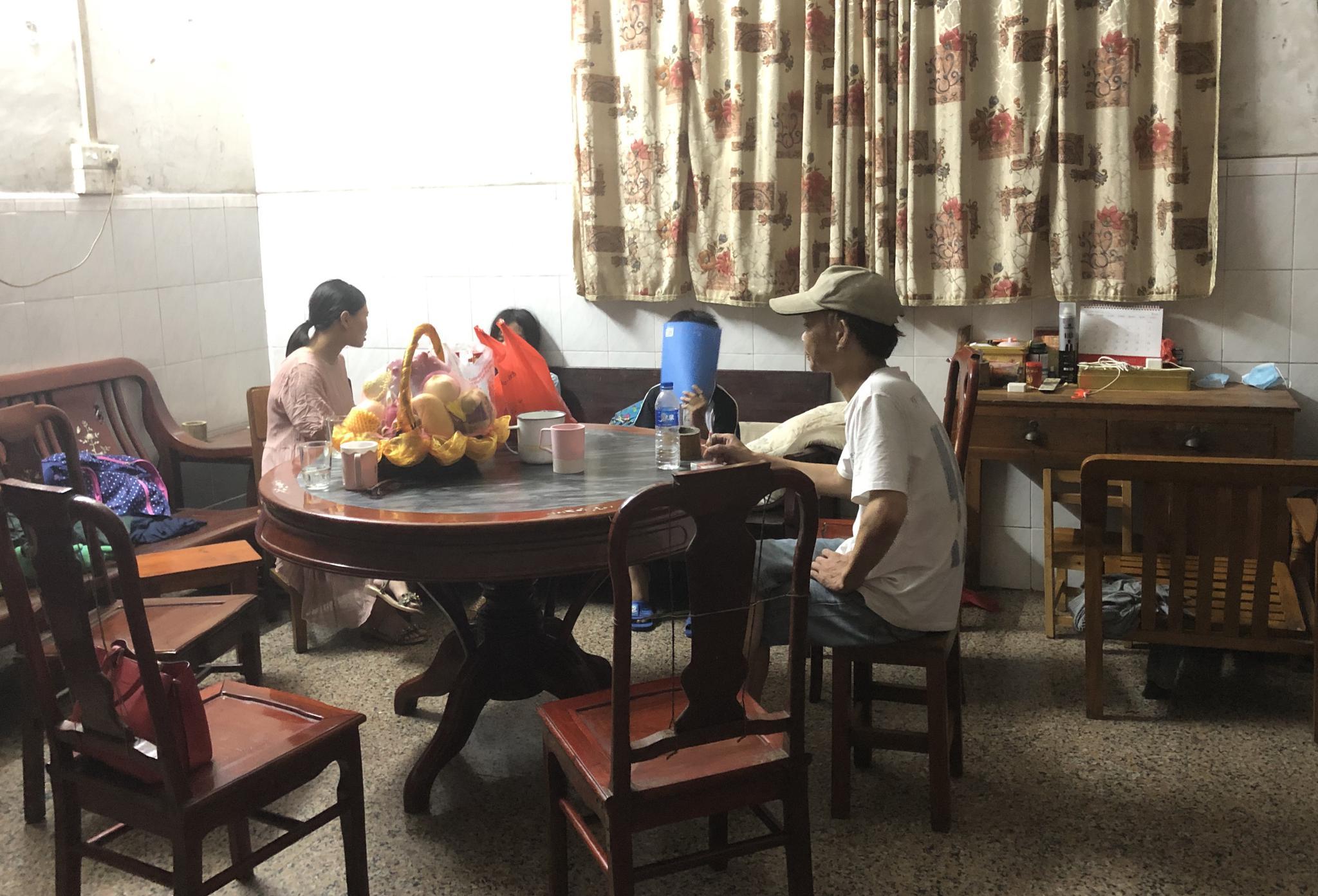 8月20日晚,小月(化名)在接受心理疏导。澎湃新闻记者 陈绪厚 图