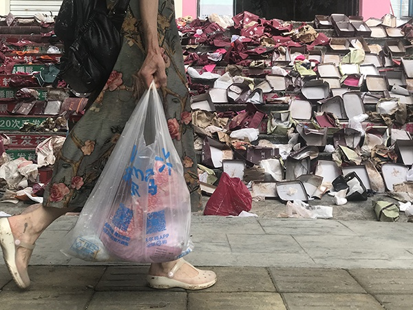 一家鞋店将打湿的鞋低价处理,留下一地空盒子。