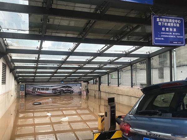 8月19日,洪水退却后,一处地下停车场灌满污水。