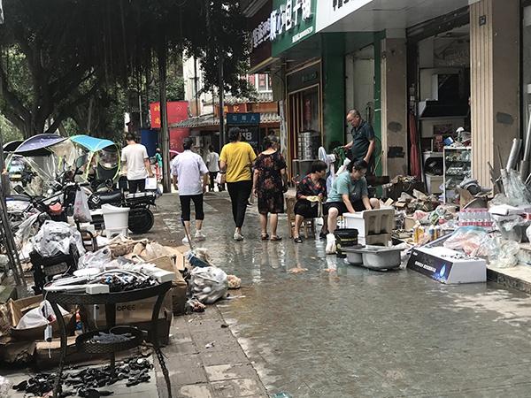 嘉定中路上的商铺经营者清洗物品。