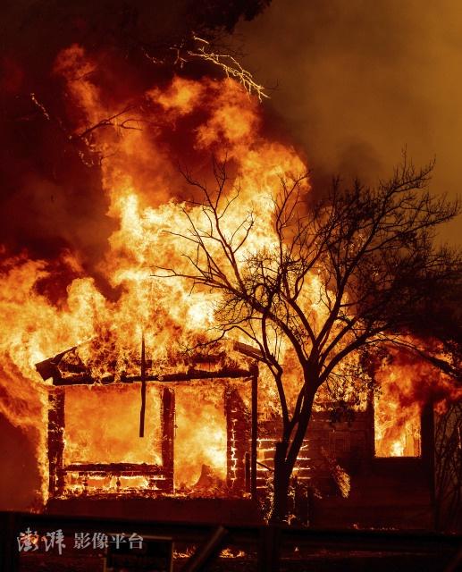 火灾导致大量房屋被烧毁 图源:澎湃影像