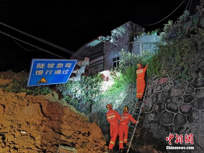 直击四川汉源山体滑坡现场:已致7人遇难 搜救连夜进行